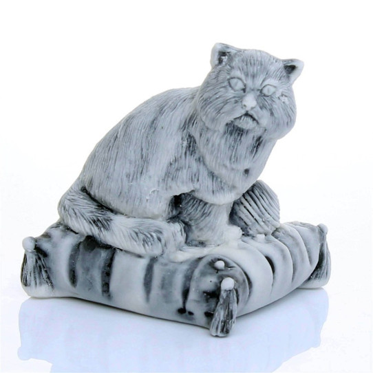 Кот на подушке с клубком