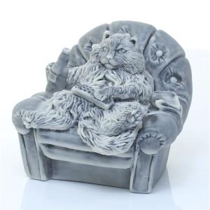 Кот в кресле