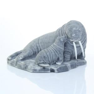 Самка моржа с детёнышем